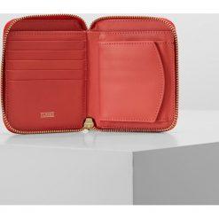 CLOSED WALLET Portfel strawberry pink. Pomarańczowe portfele damskie marki CLOSED. W wyprzedaży za 417,45 zł.