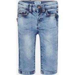Mayoral - Jeansy dziecięce 68-98 cm. Niebieskie chinosy chłopięce Mayoral, z aplikacjami, z bawełny. Za 99,90 zł.