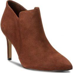 Botki CLARKS - Dinah Spice 261267084 Dark Tan Suede. Brązowe buty zimowe damskie Clarks, z materiału, na obcasie. W wyprzedaży za 299,00 zł.