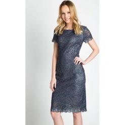 Koronkowa sukienka ze srebrną nitką QUIOSQUE. Szare sukienki koronkowe marki QUIOSQUE, w koronkowe wzory, wizytowe, z dekoltem na plecach, z krótkim rękawem, midi. W wyprzedaży za 89,99 zł.