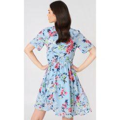 Rut&Circle Kopertowa sukienka Eleonor - Blue,Multicolor. Niebieskie sukienki z falbanami Rut&Circle, z kopertowym dekoltem, kopertowe. Za 202,95 zł.