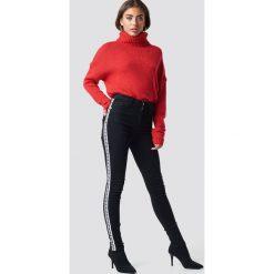 NA-KD Jeansy Skinny High Waist Side Stripe - Black. Czarne spodnie z wysokim stanem NA-KD, w paski, z jeansu. Za 121,95 zł.
