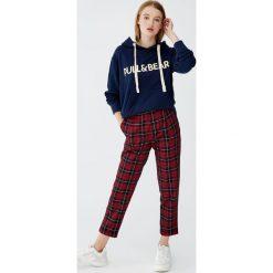 Bluza z kapturem i logo. Niebieskie bluzy z kapturem damskie marki Pull&Bear. Za 89,90 zł.