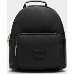 Mały jednokolorowy plecak w miejskim stylu. Czarne plecaki damskie Pull&Bear. Za 99,90 zł.