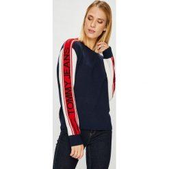 Tommy Jeans - Sweter. Szare swetry klasyczne damskie marki Tommy Jeans, l, z dzianiny, z okrągłym kołnierzem. Za 499,90 zł.