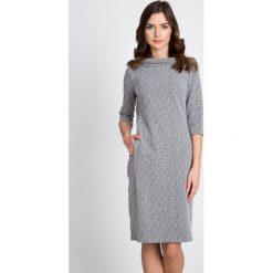 Szara sukienka z półgolfem QUIOSQUE. Szare sukienki balowe QUIOSQUE, do pracy, z dzianiny, z klasycznym kołnierzykiem, z długim rękawem, midi, dopasowane. W wyprzedaży za 139,99 zł.