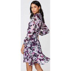 NA-KD Boho Sukienka z marszczoną stójką - Purple,Multicolor. Niebieskie długie sukienki marki NA-KD Boho, na imprezę, w koronkowe wzory, z koronki, boho, na ramiączkach. Za 161,95 zł.