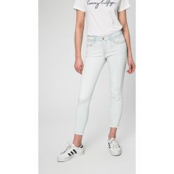 Wrangler - Jeansy SKINNY CROP ARUBA. Szare jeansy damskie rurki marki Wrangler, na co dzień, m, z nadrukiem, casualowe, z okrągłym kołnierzem, mini, proste. W wyprzedaży za 219,90 zł.