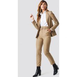 Spodnie damskie: NA-KD Classic Spodnie z wysokim stanem i paskiem - Beige
