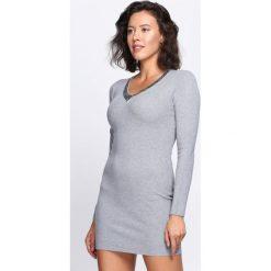 Szara Sukienka By Now. Szare sukienki dzianinowe marki Born2be, l, z dekoltem w serek, mini, dopasowane. Za 59,99 zł.
