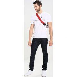 Armani Exchange Jeansy Slim Fit denim indaco. Niebieskie jeansy męskie relaxed fit Armani Exchange. W wyprzedaży za 367,20 zł.