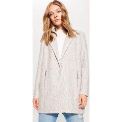 Płaszcz z klapami - Szary. Czerwone płaszcze damskie marki Mohito, z bawełny. Za 149,99 zł.