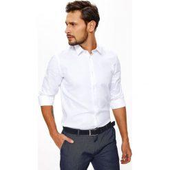 KOSZULA MĘSKA ZE STRUKTURALNEJ TKANINY O REGULARNYM. Szare koszule męskie na spinki marki Top Secret, m, z klasycznym kołnierzykiem, z długim rękawem. Za 59,99 zł.