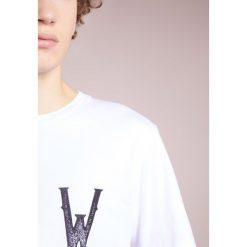 White Mountaineering Tshirt z nadrukiem white. Białe koszulki polo marki White Mountaineering, m, z nadrukiem, z bawełny. W wyprzedaży za 363,30 zł.