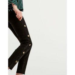 Jeansy skinny fit z oczkami. Szare jeansy damskie marki Pull & Bear, okrągłe. Za 69,90 zł.