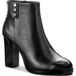Botki JOOP! - Platia 4140003583 Black 900. Czarne buty zimowe damskie JOOP!, z materiału, na obcasie. W wyprzedaży za 539,00 zł.