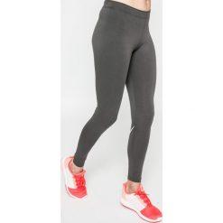 Nike Sportswear - Legginsy Leg A See Logo. Różowe legginsy we wzory marki Nike Sportswear, l, z nylonu, z okrągłym kołnierzem. W wyprzedaży za 99,90 zł.