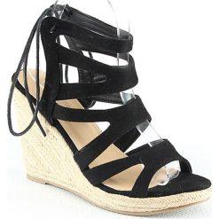 Sandały damskie: Sandały na koturnie w kolorze czarnym
