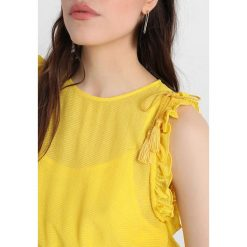Sukienki hiszpanki: Sisley RUFFLE SHOULDER TIE WAIST SHIFT DRESS Sukienka letnia yellow