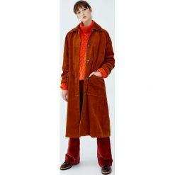 Długi płaszcz ze sztruksu. Brązowe płaszcze damskie marki Pull&Bear, ze sztruksu. Za 299,00 zł.