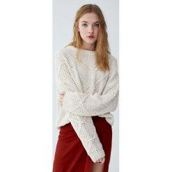 Szenilowy sweter z fantazyjnymi elementami. Niebieskie swetry klasyczne damskie marki Pull&Bear. Za 79,90 zł.