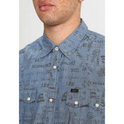 Lee OVERSIZED RIDER Koszula blue doodle. Szare koszule męskie marki Lee, l, z bawełny, button down, z długim rękawem. Za 379,00 zł.
