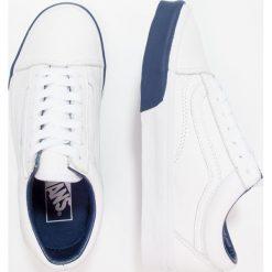 Vans UA OLD SKOOL  Tenisówki i Trampki true white/estate blue. Szare tenisówki damskie marki Vans, z materiału. W wyprzedaży za 203,40 zł.