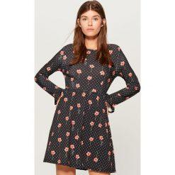 Sukienka z wzorem all over - Czarny. Czarne sukienki z falbanami marki Mohito, l. W wyprzedaży za 79,99 zł.