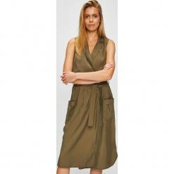 U.S. Polo - Sukienka. Brązowe sukienki mini marki U.S. Polo, na co dzień, s, z haftami, z poliesteru, casualowe, polo, rozkloszowane. W wyprzedaży za 479,90 zł.