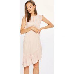 Vero Moda - Sukienka Dixie. Szare sukienki asymetryczne Vero Moda, na co dzień, l, z materiału, casualowe, z asymetrycznym kołnierzem, z krótkim rękawem, mini. W wyprzedaży za 139,90 zł.