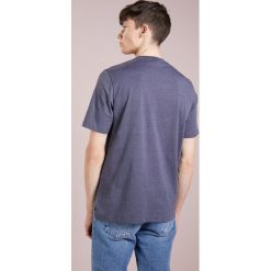 Love Moschino Tshirt z nadrukiem navy. Niebieskie koszulki polo marki Love Moschino, m, z nadrukiem, z bawełny. W wyprzedaży za 383,20 zł.