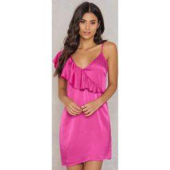 NA-KD Sukienka mini z asymetryczną falbaną - Pink. Różowe sukienki asymetryczne NA-KD, z wiskozy, z asymetrycznym kołnierzem, mini. W wyprzedaży za 38,99 zł.