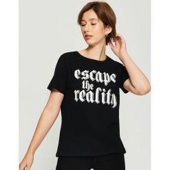 Bawełniany t-shirt z nadrukiem - Czarny. Czarne t-shirty damskie Sinsay, l, z nadrukiem, z bawełny. Za 24,99 zł.