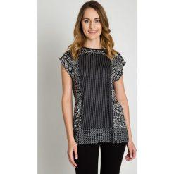 Czarno-biała bluzka w drobny wzór BIALCON. Białe bluzki asymetryczne BIALCON, z tkaniny, eleganckie, z kopertowym dekoltem. W wyprzedaży za 80,00 zł.