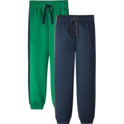 Spodnie dresowe (2 pary) bonprix ciemnoniebiesko-zielony. Niebieskie dresy chłopięce bonprix, w paski, z dresówki. Za 49,98 zł.