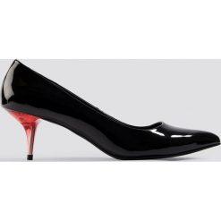NA-KD Shoes Lakierowane czółenka - Black. Czarne buty ślubne damskie marki NA-KD Shoes, z lakierowanej skóry, na niskim obcasie, na obcasie. Za 100,95 zł.