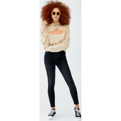 Jeansy rurki z wysokim stanem. Czarne boyfriendy damskie Pull&Bear, z jeansu, z podwyższonym stanem. Za 109,00 zł.