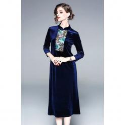 Sukienka w kolorze niebieskim. Niebieskie sukienki na komunię marki Zeraco, z dekoltem na plecach, midi, proste. W wyprzedaży za 339,95 zł.