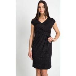 Kopertowa sukienka z połyskiem QUIOSQUE. Szare sukienki balowe QUIOSQUE, na imprezę, z dzianiny, z kopertowym dekoltem, mini, dopasowane. W wyprzedaży za 139,99 zł.