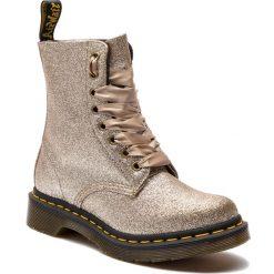 Glany DR. MARTENS - 1460 Pascal Glitter 24320714 Pale Gold. Żółte buty zimowe damskie Dr. Martens, z materiału. Za 629,00 zł.