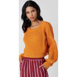 Swetry damskie: NA-KD Krótki sweter ze ściegiem warkoczowym – Orange