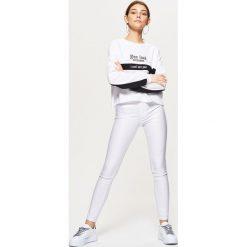 Spodnie z wysokim stanem: Coatingowe spodnie high waist – Biały