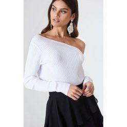 Swetry klasyczne damskie: Kristin Sundberg for NA-KD Sweter w prążki z odkrytymi ramionami – White