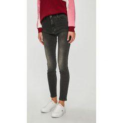 Mustang - Jeansy Perfect Shape. Niebieskie jeansy damskie marki Mustang, z aplikacjami, z bawełny. Za 299,90 zł.