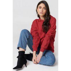 NA-KD Bluza z kapturem z rękawem ściąganym troczkiem - Red. Czerwone bluzy damskie NA-KD, z bawełny, z kapturem. W wyprzedaży za 40,19 zł.