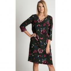 Prosta sukienka midi w kwiaty BIALCON. Szare sukienki hiszpanki BIALCON, na co dzień, na jesień, w kwiaty, z tkaniny, z dekoltem w serek, midi. Za 375,00 zł.