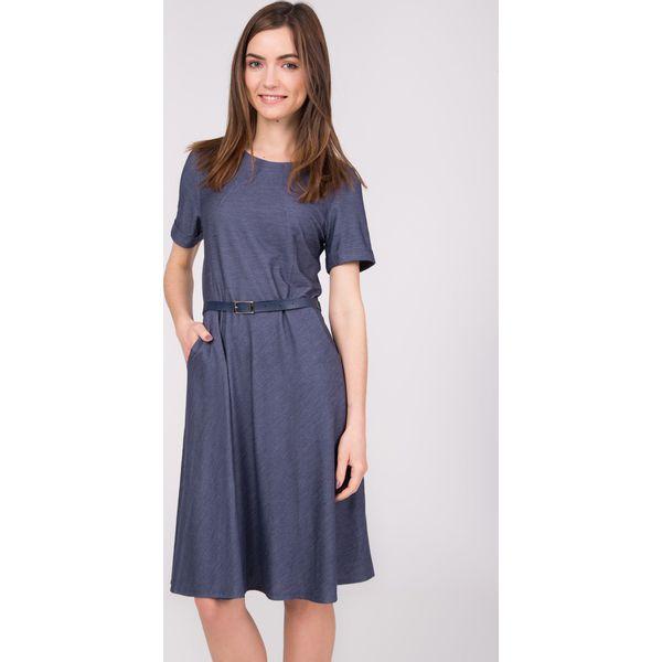 01081fae57 Granatowa melanżowa rozkloszowana sukienka QUIOSQUE - Szare sukienki ...