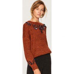 Sweter z aplikacjami - Brązowy. Brązowe swetry klasyczne damskie marki Reserved, l. Za 139,99 zł.