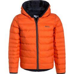 BOSS Kidswear Kurtka puchowa orange. Brązowe kurtki chłopięce zimowe marki BOSS Kidswear, z materiału. W wyprzedaży za 551,20 zł.