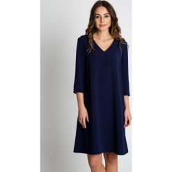 Granatowa sukienka do kolan BIALCON. Niebieskie sukienki balowe marki BIALCON, na imprezę, z klasycznym kołnierzykiem, midi. W wyprzedaży za 227,00 zł.